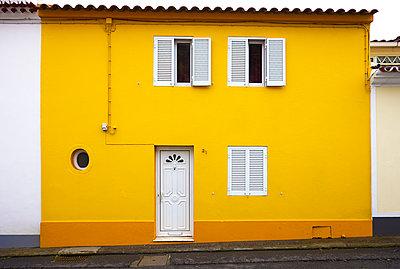 Yellow house - p1299m1584099 by Boris Schmalenberger
