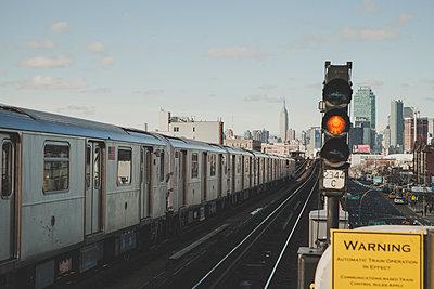 U-Bahnstation New York und Skyline - p1345m1225491 von Alexandra Kern