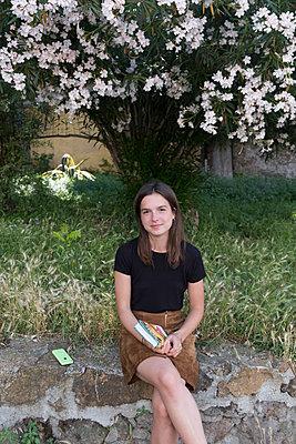Porträt einer jungen Frau mit braunen Haaren - p1437m2008224 von Achim Bunz
