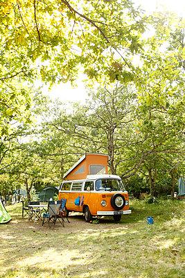 Auf dem Campingplatz - p249m970455 von Ute Mans
