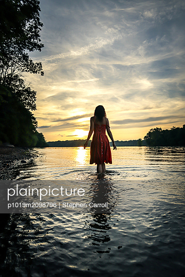 Frau im Fluss, Rückansicht - p1019m2098796 von Stephen Carroll