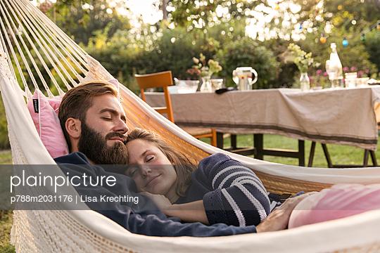 Paar schläft in der Hängematte - p788m2031176 von Lisa Krechting