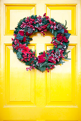 Christmas Wreath on Yellow Door - p1248m2152487 by miguel sobreira