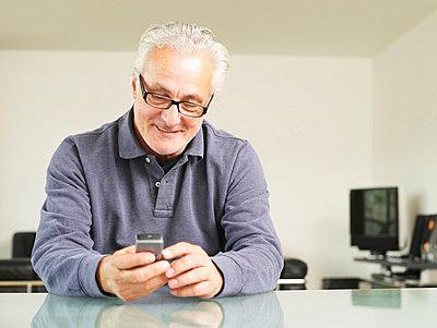 Älterer Mann mit Handy  - p6430063 von senior images