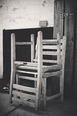 Ausgemusterte Stühle - p946m694732 von Maren Becker