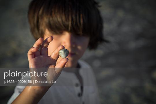 Shell and child - p1623m2209156 by Donatella Loi