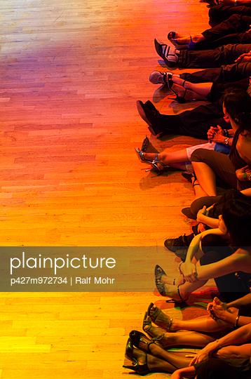 Warten vor dem Tanz - p427m972734 von R. Mohr