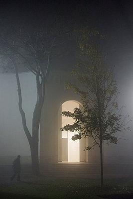 Unbekannte Person im Nebel - p335m1111413 von Andreas Körner