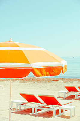 Verlassene Sonnenliegen in Saint Tropez - p432m1584428 von mia takahara