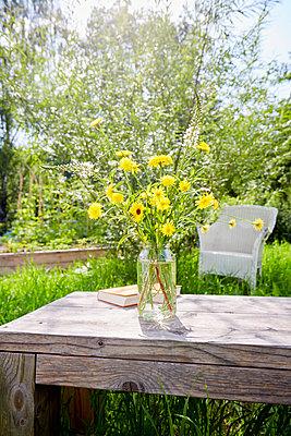 Blumen in einer Vase im Garten - p464m2291220 von Elektrons 08