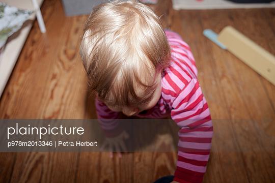 Baby krabbelt - p978m2013346 von Petra Herbert