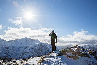 Mann auf Berg  - p1330m1474875 von Caterina Rancho
