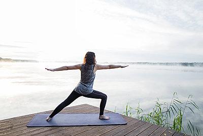 Yoga am See, der Krieger 2 - p1396m1497342 von Hartmann + Beese
