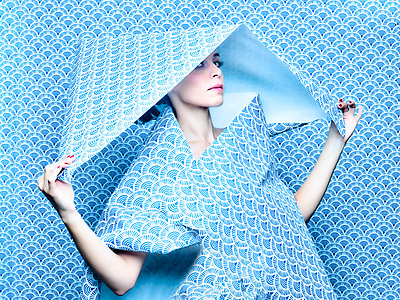 Woman under blue wallpaper, portrait - p1413m2217531 by Pupa Neumann