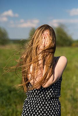 Portrait - p755m1169135 von Henrik Pfeifer