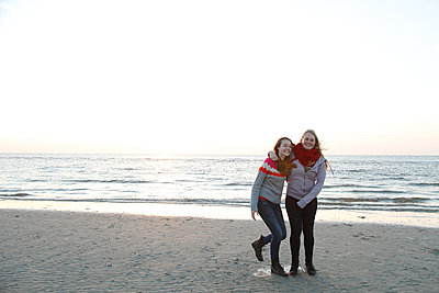 Two girls on the beach - p981m952743 by Franke + Mans