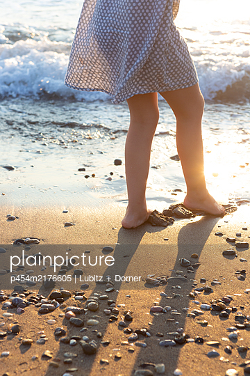 Relaxed at the beach - p454m2176605 by Lubitz + Dorner
