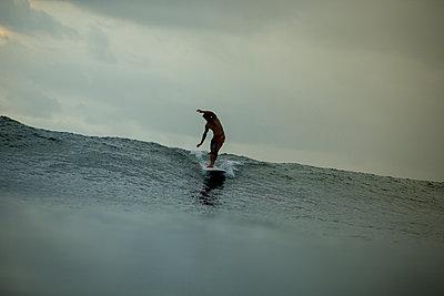 Mann beim Surfen - p1108m1190939 von trubavin