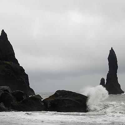 Surf on the rocky coast, Iceland - p1624m2195920 by Gabriela Torres Ruiz