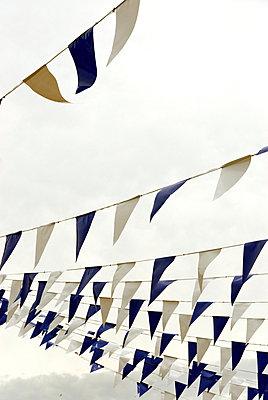 Fähnchen im Wind - p260m918275 von Frank Dan Hofacker
