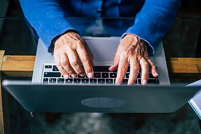 Female senior professional using laptop at home office - p300m2277648 by Simona Pilolla