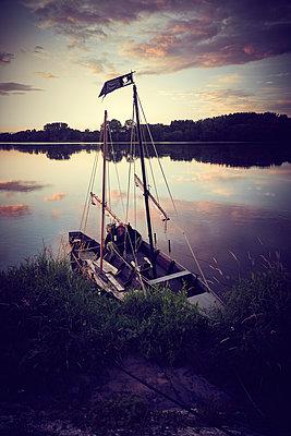 Zwei Segelboote vertäut am Seeufer - p851m2289545 von Lohfink