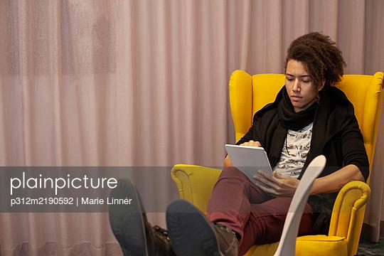 Man using digital tablet - p312m2190592 by Marie Linnér