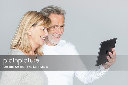 Am Tablet - p981m1528509 von Franke + Mans