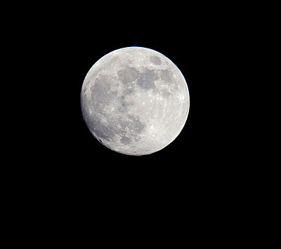 Close-up of the full moon against dark sky - p1025m789220f by Torbjörn Arvidson