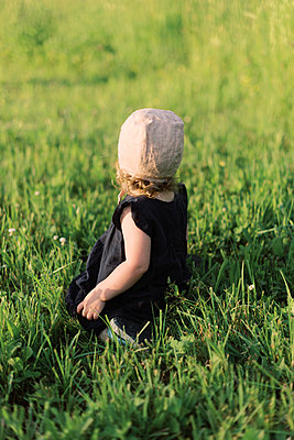 Little girl picking wild flowers. - p1166m2153918 by Cavan Images