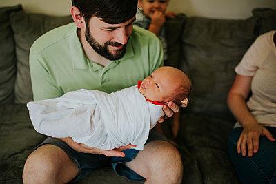 Vater mit Baby - p1449m1525249 von Jessica Love
