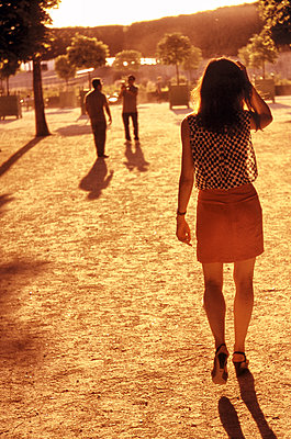 Young woman in a park in Paris - p1654m2289060 by Alexis Bastin