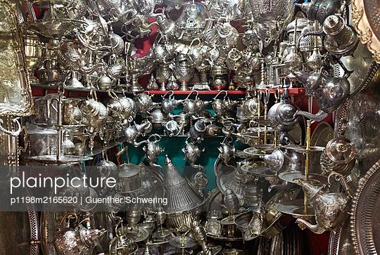 Kleiner Laden in den Souks von Marrakech - p1198m2165620 von Guenther Schwering