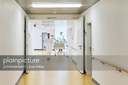 Arzt in einem Klinikflur - p1312m2043617 von Axel Killian