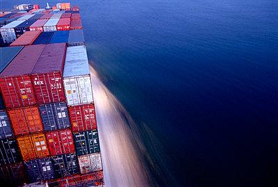 Containerschiff unterwegs - p1099m1516220 von Sabine Vielmo
