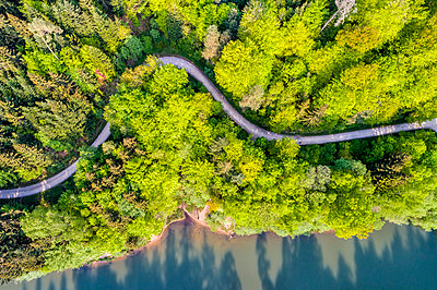 Germany, Baden-Wuerttemberg, Schurwald, Aerial view of Herrenbach reservoir - p300m1587407 von Stefan Schurr