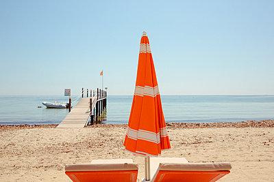 Verlassene Sonnenliegen am Strand von Saint Tropez - p432m1584426 von mia takahara