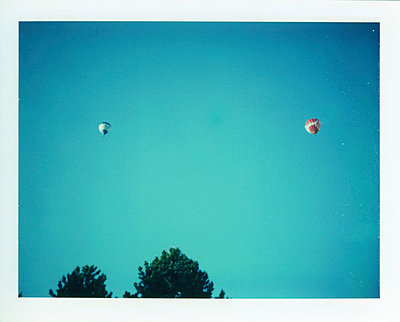 Hot-air balloons in blue sky - p675m922830 by Marion Barat