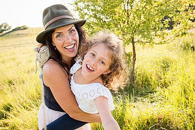 Mutter und Tochter - p796m2093148 von Andrea Gottowik