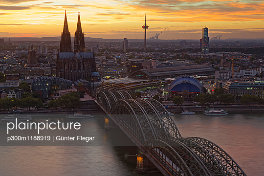 Germany, Cologne, view to the city from above at evening twilight - p300m1188919 by Günter Flegar