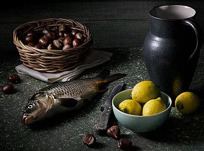 Stilleben mit Schuppenkarpfen, Zitronen und Nüsse - p1316m1161144 von Robert Striegl