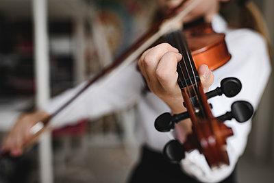 Close-up of girl playing violin - p300m2103033 by Ekaterina Yakunina