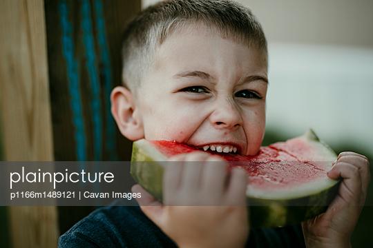 Portrait of boy eating watermelon - p1166m1489121 by Cavan Images