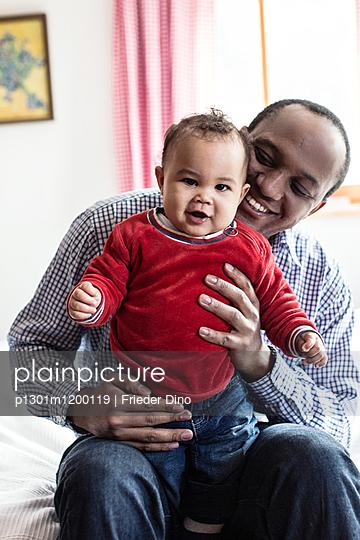 Junger Mann mit Baby - p1301m1200119 von Delia Baum