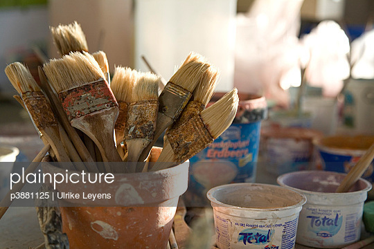 Pot with brushes - p3881125 by Ulrike Leyens