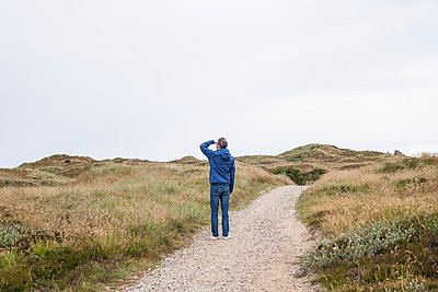 Man in the dunes - p1078m1050894 by Frauke Thielking