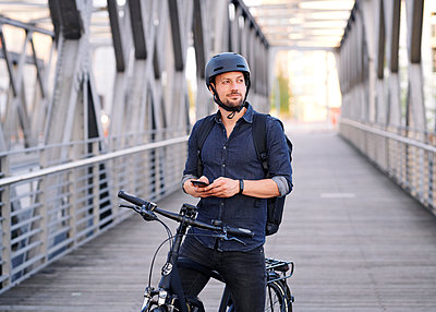 Bicycle courier using smartphone - p1124m2053015 by Willing-Holtz