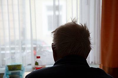 Old man at home - p1650m2258639 by Hanna Sachau