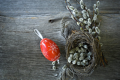 Hand-painted Easter egg, Pussy Willow twigs and Easter nest on wood - p300m2012430 von Achim Sass