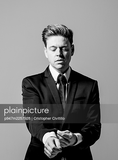 Man in business attire, portrait - p947m2257928 by Cristopher Civitillo